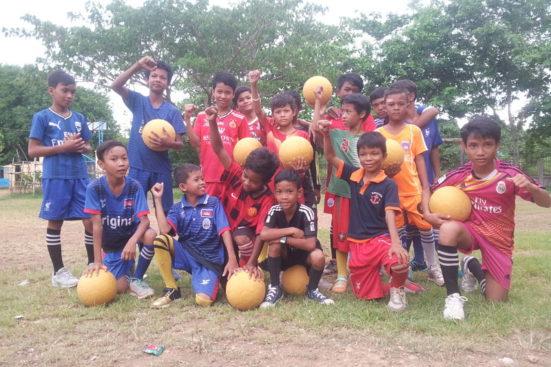 Futbol a l'escola primària de Wat Rokar!