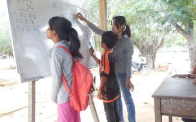 Les nenes i els nens de Cambodja es diverteixen aprenent
