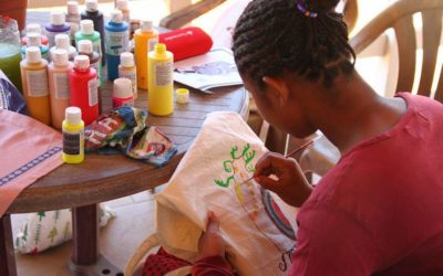Les nenes de la Llar Social s'apliquen en el disseny d'artesania